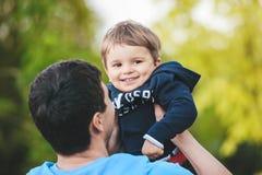 Vader het spelen met zijn zoon, ondiepe DOF Stock Afbeeldingen