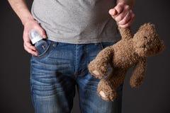 Vader Holding Feeding Bottle en Teddy Bear royalty-vrije stock foto's