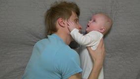 Vader Hugging een Baby stock footage