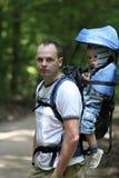Vader met baby in carrier Royalty-vrije Stock Afbeeldingen