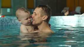 Vader met baby in de pool stock footage