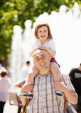 Vader met baby in de zomerstraat Stock Foto
