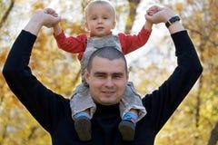 Vader met baby op schouders Stock Foto