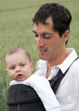 Vader met baby in slinger Stock Afbeelding