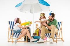 Vader met dochter in zwemmende beschermende brillen en moeder met waterkanon royalty-vrije stock fotografie