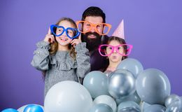 Vader met dochters die pret hebben Vaderschapconcept Vriendschappelijke de partijtoebehoren van de familieslijtage Beste papa ooi stock fotografie