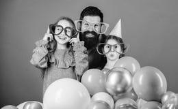 Vader met dochters die pret hebben Vaderschapconcept Vriendschappelijke de partijtoebehoren van de familieslijtage Beste papa ooi stock afbeeldingen