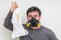 Vader met gasmasker die stinkende luier veranderen Royalty-vrije Stock Afbeelding
