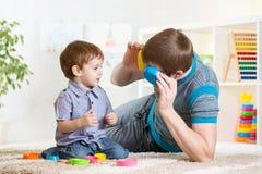 Vader met het spel van de kindzoon Royalty-vrije Stock Afbeeldingen