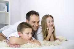 Vader met jonge geitjes Royalty-vrije Stock Fotografie