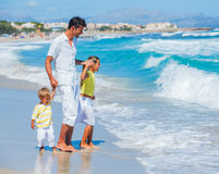 Vader met jonge geitjes op strand royalty-vrije stock fotografie
