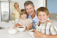Vader met Kinderen aangezien zij Ontbijt eten royalty-vrije stock afbeeldingen