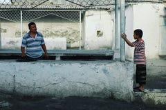 Vader met kinderen bij de lokale markt royalty-vrije stock fotografie