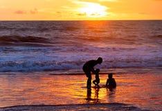 Vader met kinderen bij strand royalty-vrije stock fotografie