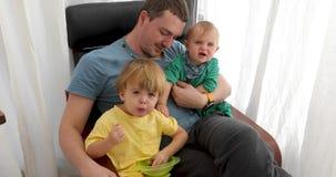 Vader met kinderen thuis stock footage