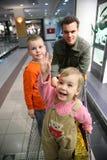 Vader met kinderen in winkel Stock Afbeelding