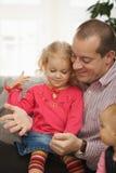 Vader met kleine dochters stock fotografie