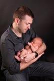 Vader met pasgeboren baby royalty-vrije stock afbeeldingen