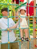 Vader met peuter bij het spelen van gebied Royalty-vrije Stock Afbeeldingen