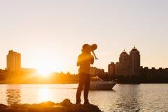 Vader met weinig kind bij zonsondergang Stock Foto