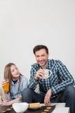 Vader met zijn dochter die een brakfast hebben Royalty-vrije Stock Fotografie