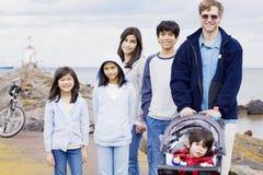 Vader met zijn vijf kinderen bij meer Royalty-vrije Stock Afbeelding