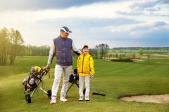 Vader met zoon bij golf royalty-vrije stock afbeeldingen