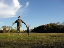 Vader met zoon het lopen Stock Afbeelding