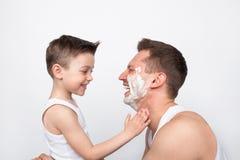 Vader met zoon het scheren royalty-vrije stock fotografie