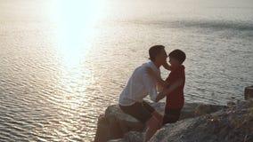 Vader met zoon op kust van meer stock video