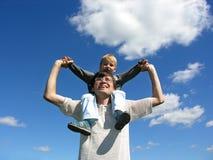 Vader met zoon op schouders zonnige dag 2 royalty-vrije stock afbeelding