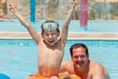 Vader met zoon in pool royalty-vrije stock fotografie