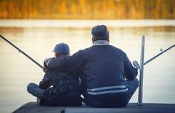 Vader met zoon visserij stock foto