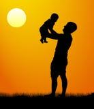 Vader met zoonsgang bij zonsondergang Silhouet van een mens met een kind Vector illustratie Stock Foto