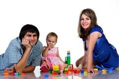 Vader, moeder en baby die samen spelen Stock Foto