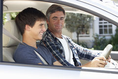 Vader Teaching Teenage Son om te drijven royalty-vrije stock afbeelding