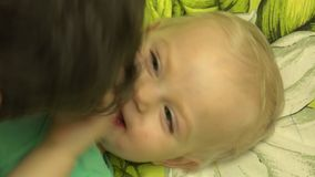 Vader Tickle zijn Baby in Bed close-up 4K UltraHD, UHD stock video