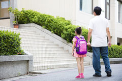 Vader Walking To School met Kinderen Royalty-vrije Stock Afbeelding