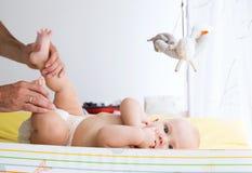 Vader zacht zorg van baby Stock Afbeeldingen