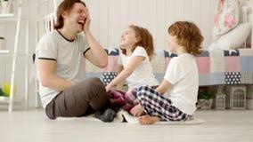 Vader, zoon, en dochter die een pretspel spelen stock footage