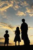 Vader, zoon en dochter die omhoog kijken royalty-vrije stock fotografie