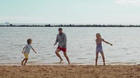 Vader, zoon en dochter pret hebben samen, het dansen en het springen die Jonge volwassenen stock videobeelden