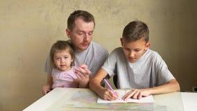 Vaderschapverlof - vader en twee kinderen thuis, thuiswerk stock videobeelden