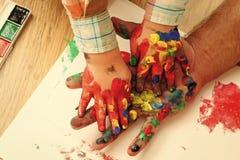 Vadersdag, familieliefde en zorg Verbeelding, creativiteit en vrijheid Jonge geitjes die - gelukkig spel spelen Handprint het sch royalty-vrije stock afbeeldingen