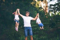 Vaderspelen met de kinderen stock afbeeldingen