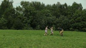 Vaderspelen met kinderen op gebied stock footage