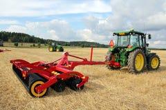 Vaderstad耕地机和John Deere拖拉机 免版税库存照片