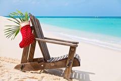 Vadio de Sun com a peúga de Santa na praia tropical bonita com whi Imagens de Stock Royalty Free