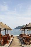 Vadios de Sun no Pebble Beach em Budva em Montenegro imagem de stock