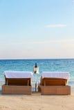Vadios na borda do mar tropical com Champagne Bucket Fotografia de Stock Royalty Free